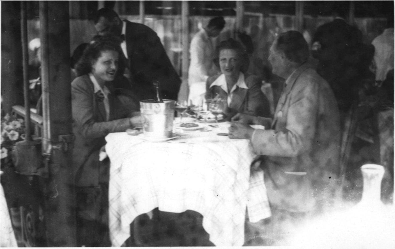 1943. Н.П.Рябушинский с двумя девушками в ресторане. Париж