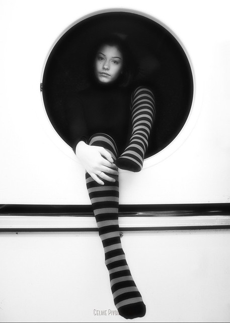 Gwenn dans un hublot de laverie automatique