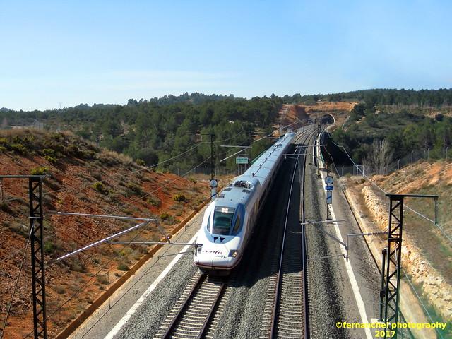 Tren AVE de Renfe (Madrid-Valencia) a su paso por SIETE AGUAS (Valencia)