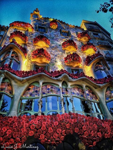 Barcelona. Casa Batlló. Fiesta de Sant Jordi. Un libro, una Rosa.