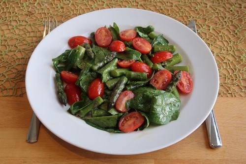 Salat aus Spinatblättern, grünem Spargel und kleinen Tomaten mit asiatisch anmutendem Dressing (meine Portion)