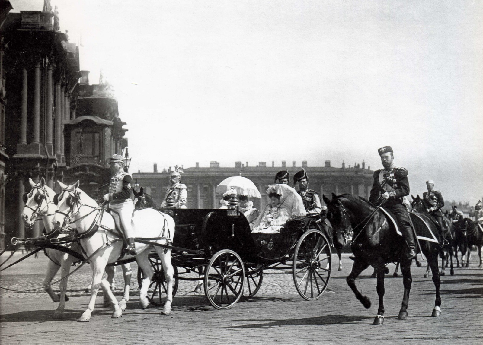 1901. Император Николай II, вдовствующая императрица Мария Федоровна и императрица Александра Федоровна. Майский парад (вариант).