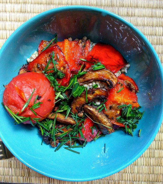 buckwheat+roasted mushrooms & veggies with wild parsley 🍅🍄
