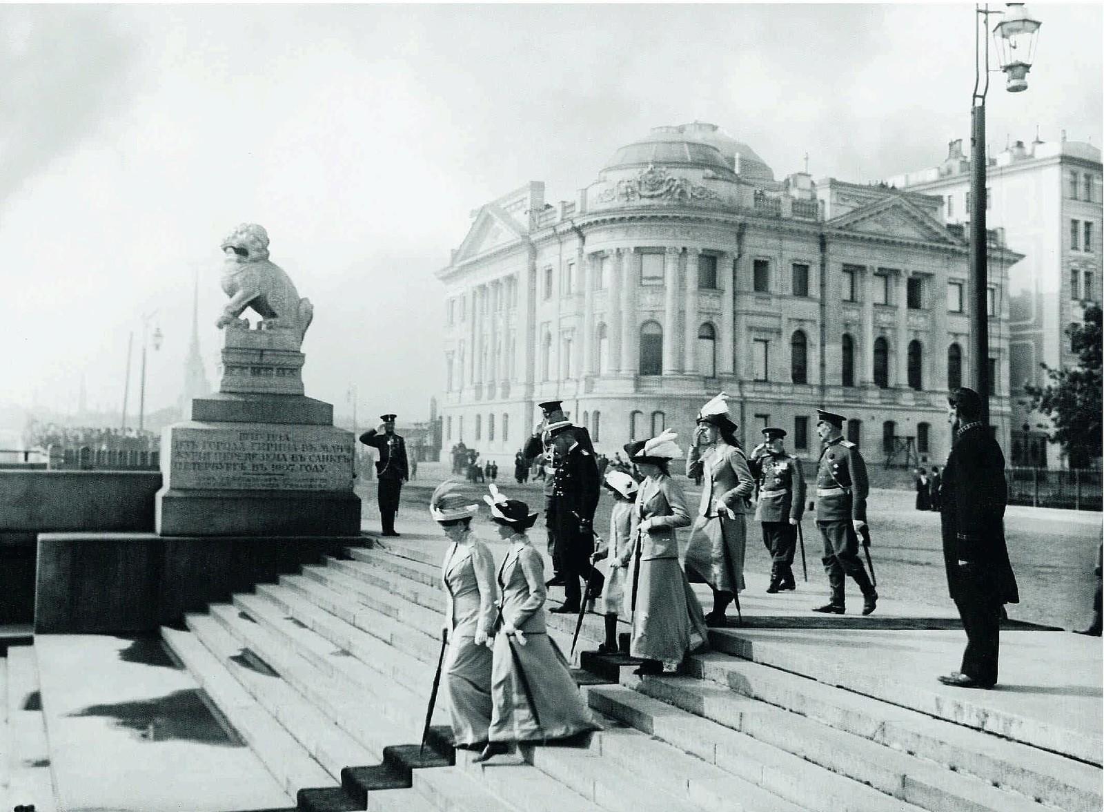 1912. Императорская семья на Петровской набережной