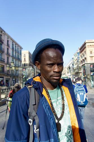 Malgrat el desencontre idiomàtic de l'oralitat amb la gestualitat em va deixar fotografiar-lo quan ens vam trobar al mig del Passeig. Captura: La Rambla, Barcelona.