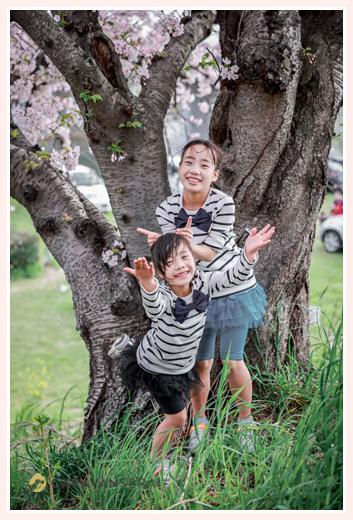 姉妹 満開の桜の木の下で