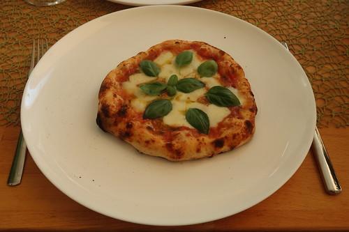 Pizza Caprese mit Tomaten, Mozzarella und Basilikum (meine)
