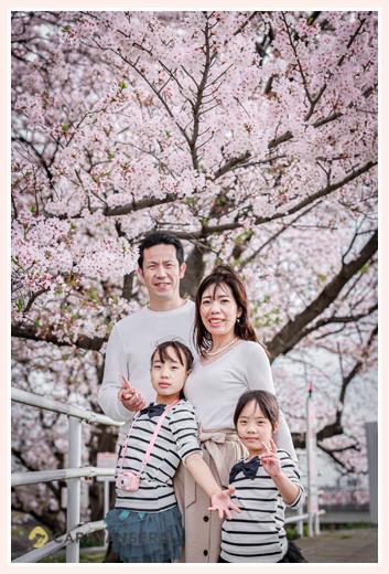 満開の桜 家族の写真 お揃いコーデ 三重県四日市市