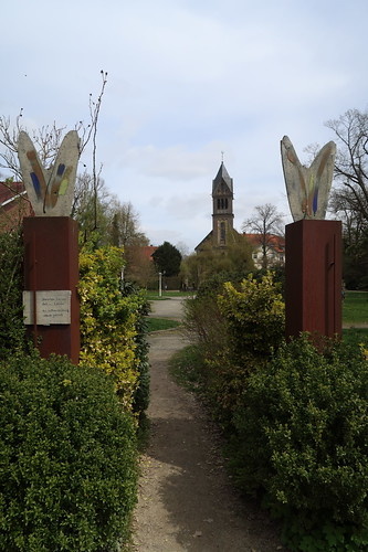 Blick vom Bauerngarten auf die Schlosskapelle des Gutes Sutthausen