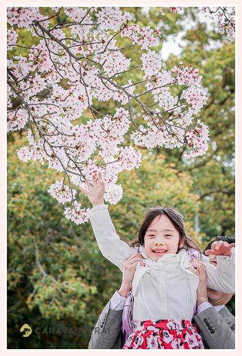 桜咲く 小学校入学記念の家族写真
