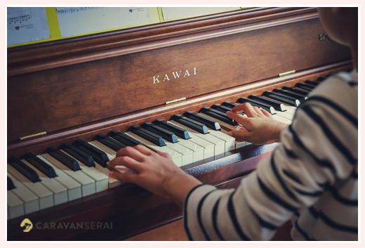 ピアノを弾く女の子の手 鍵盤