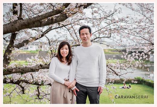 夫婦の写真 満開の桜をバックに