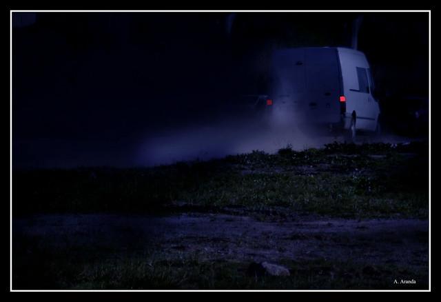una furgoneta en la noche