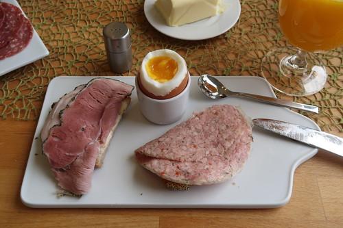 Kräuterschinken und Gekochtes Mett auf Kartoffelbrot zum Frühstücksei