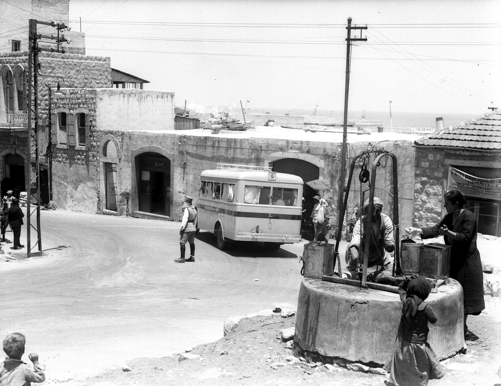 1934. Хайфа. Арабы берут воду из колодца на Стэнтон-стрит