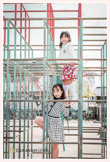 小学校入学式 校庭のジャングルジムで遊ぶ姉妹