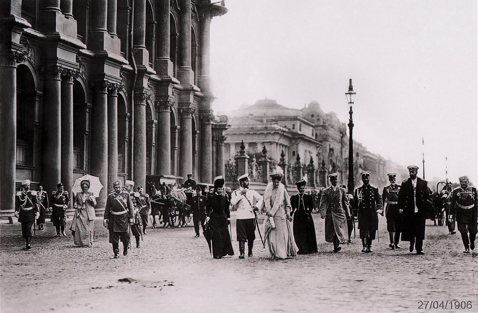 1906. На Дворцовой набережной после приёма в Зимнем Дворце депутатов I Государственной Думы 27 апреля