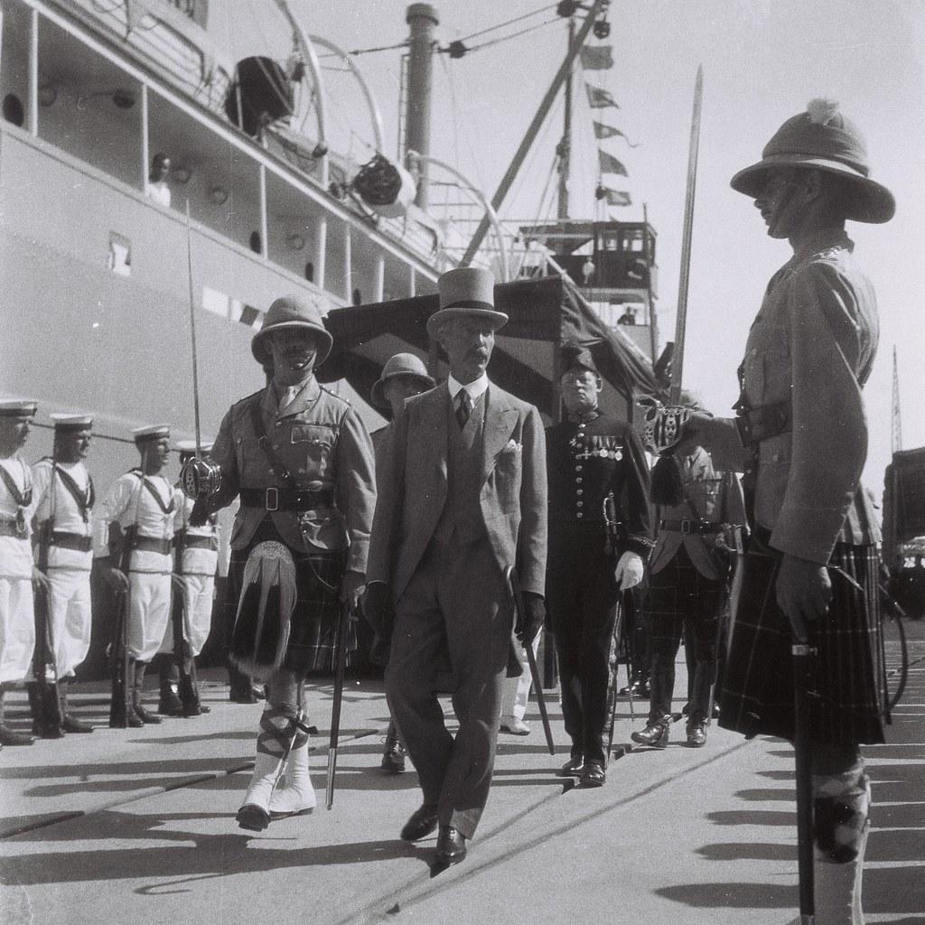 1933. Верховный комиссар Палестины сэр Артур Ваучоп обходит строй солдат на церемонии открытия порта