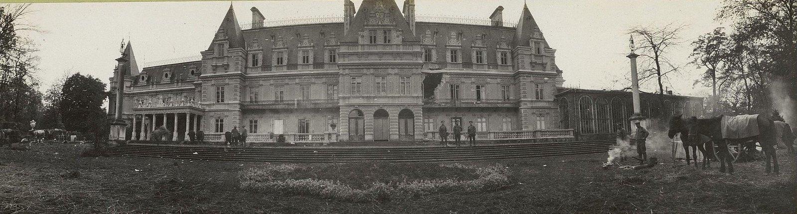 81. Дворец в Козеницах, пробитый русскими снарядами во время пребывания в нём германского штаба