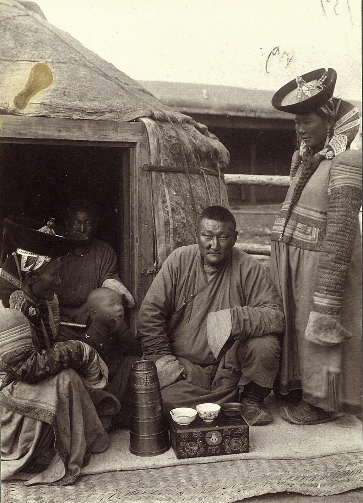 Урга. Семья монгола у юрты