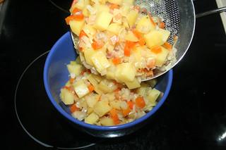 28 - Take part of vegetables from pot / Teil des Gemüses entnehmen