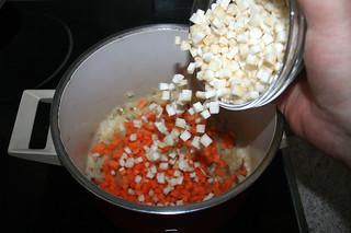 15 - Add celeriac / Knollensellerie addieren