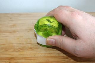 06 - Mince garlic / Knoblauch zerkleinern