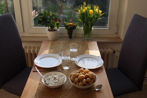 Pellkartoffeln zu Sahnehering mit Matjes und Äpfeln (Tischbild)