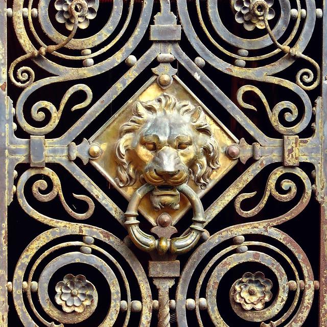 Détail de porte du château de Clères