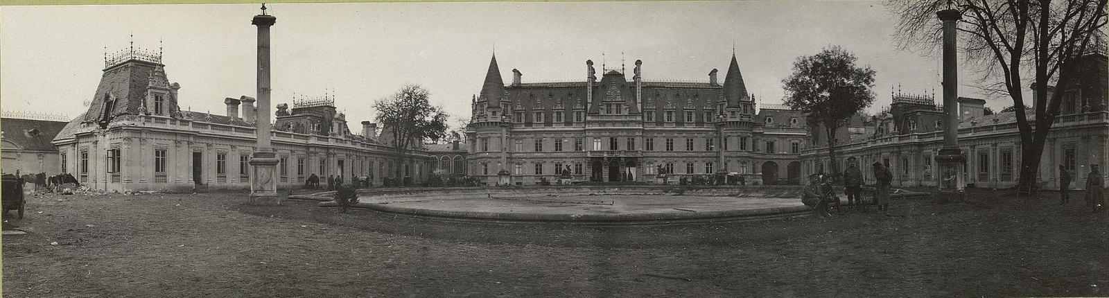 82. Дворец в Козеницах, пробитый русскими снарядами во время пребывания в нём германского штаба