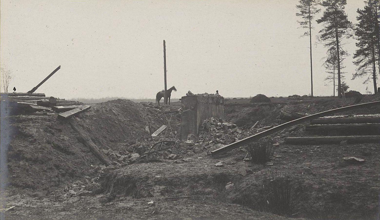 75. Взорванный мост и разрушенное полотно железной дороги у станции Влощова