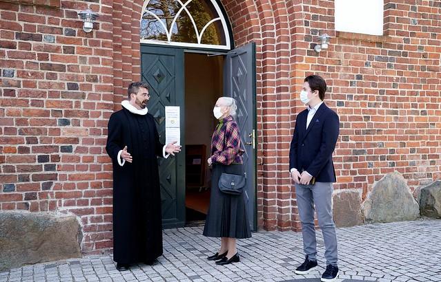 Koningin Margrethe van Denemarken en Prins Christian van Denemarken aanwezig bij kerkdienst (2021)