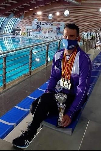 El nadador agüimense Adrián Santana posa con los trofeos conquistados en Torrevieja