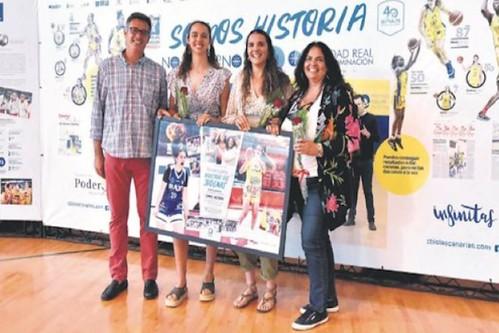 La familia Rodríguez Domínguez con el cuadro obsequiado por el C.B. Islas Canarias