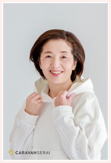 女性のプロフィール写真 カジュアル 白のパーカー