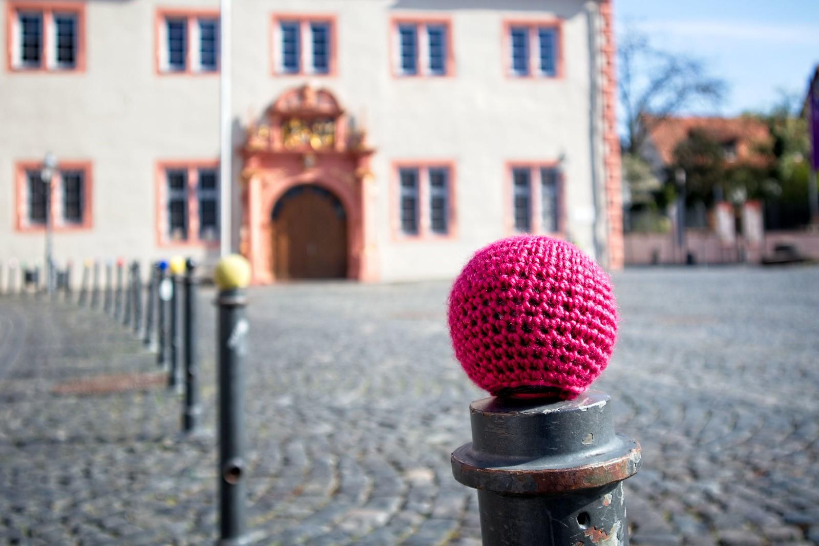 """Renaissance-Rathaus und Marktplatz von Groß-Umstadt: """"Stoff-Verhüterli"""" auf den Pollern"""