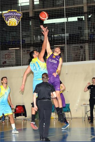 Lorenzo Villegas y Jaime Queralt-Lortzing pugnan por un balón (Foto: Guadalajara Basket)