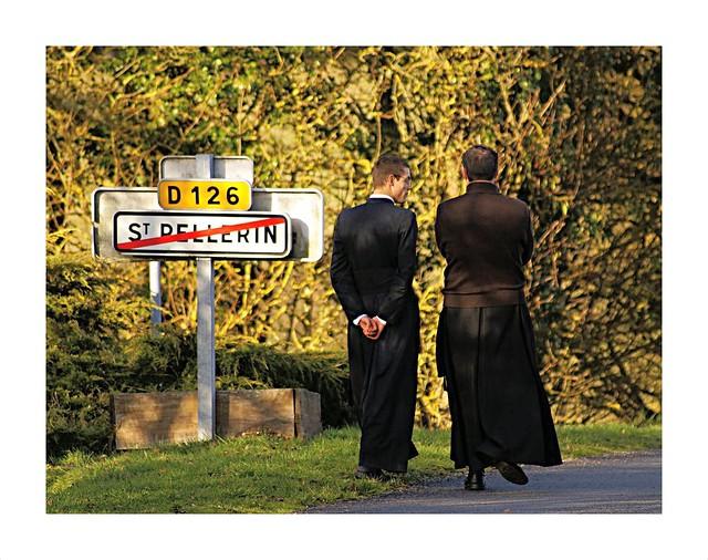 Ecclésiastiques devisant... à Saint-Pellerin.