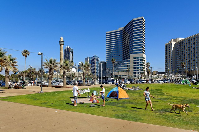 Tel Aviv beach / The Independence Day  - Traditional barbecue  / Yom Haʿatzmaout : יום העצמאות
