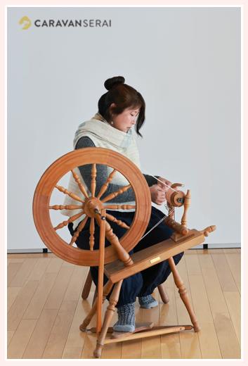 草木染色作家 糸車を回す プロフィール用の写真