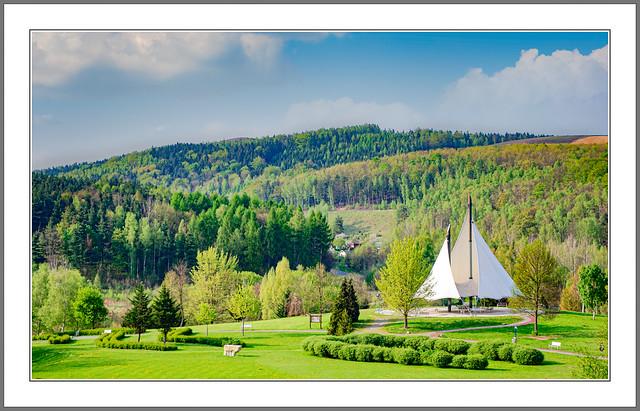 Verirrtes Segelschiff im Park ?  Nein es ist eine Ruheinsel im Kurpark Aue-Bad Schlema Erzgebirge. Landschaft im Frühlingserwachen. Gebiet früheren Uranbergbaus.