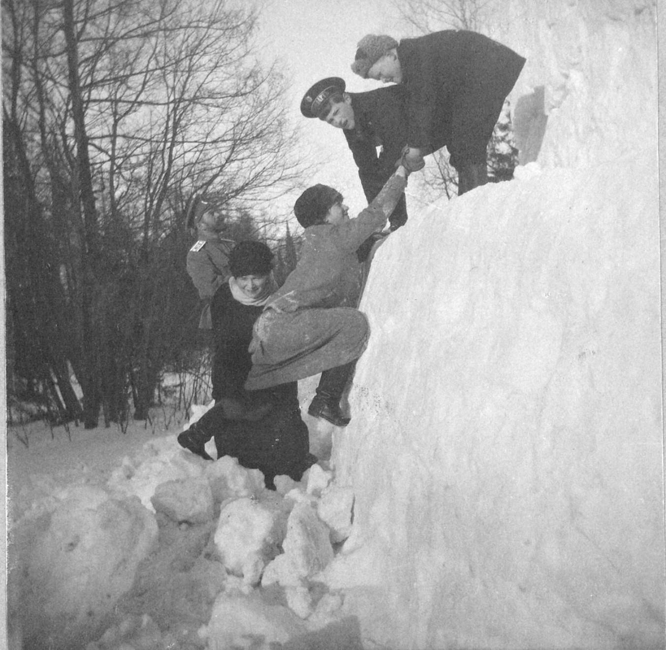 1914. Снежная крепость в Александровском парке.