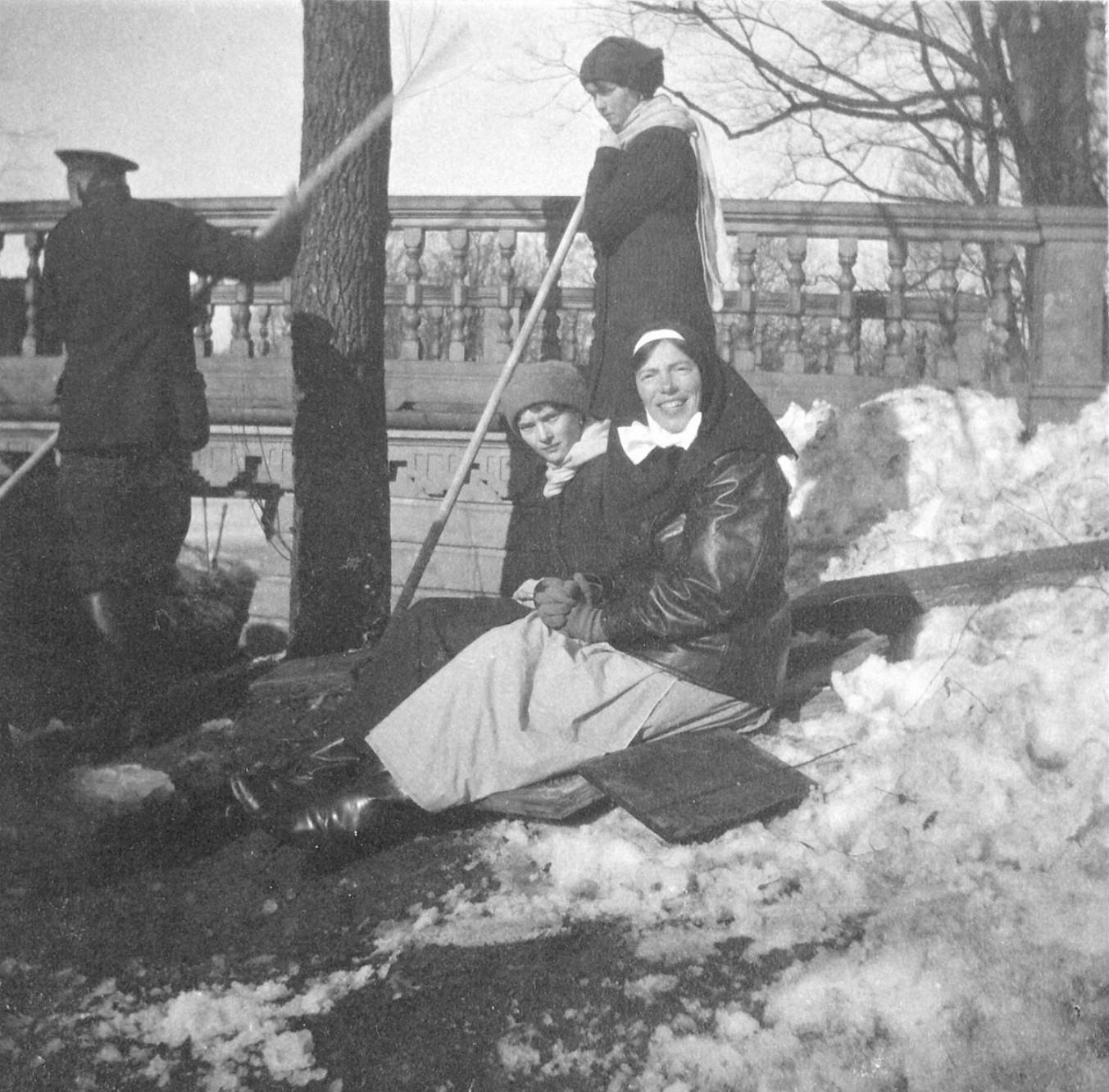 1914. Вел. кн. Ольга Александровна, Татьяна и Ольга на берегу пруда