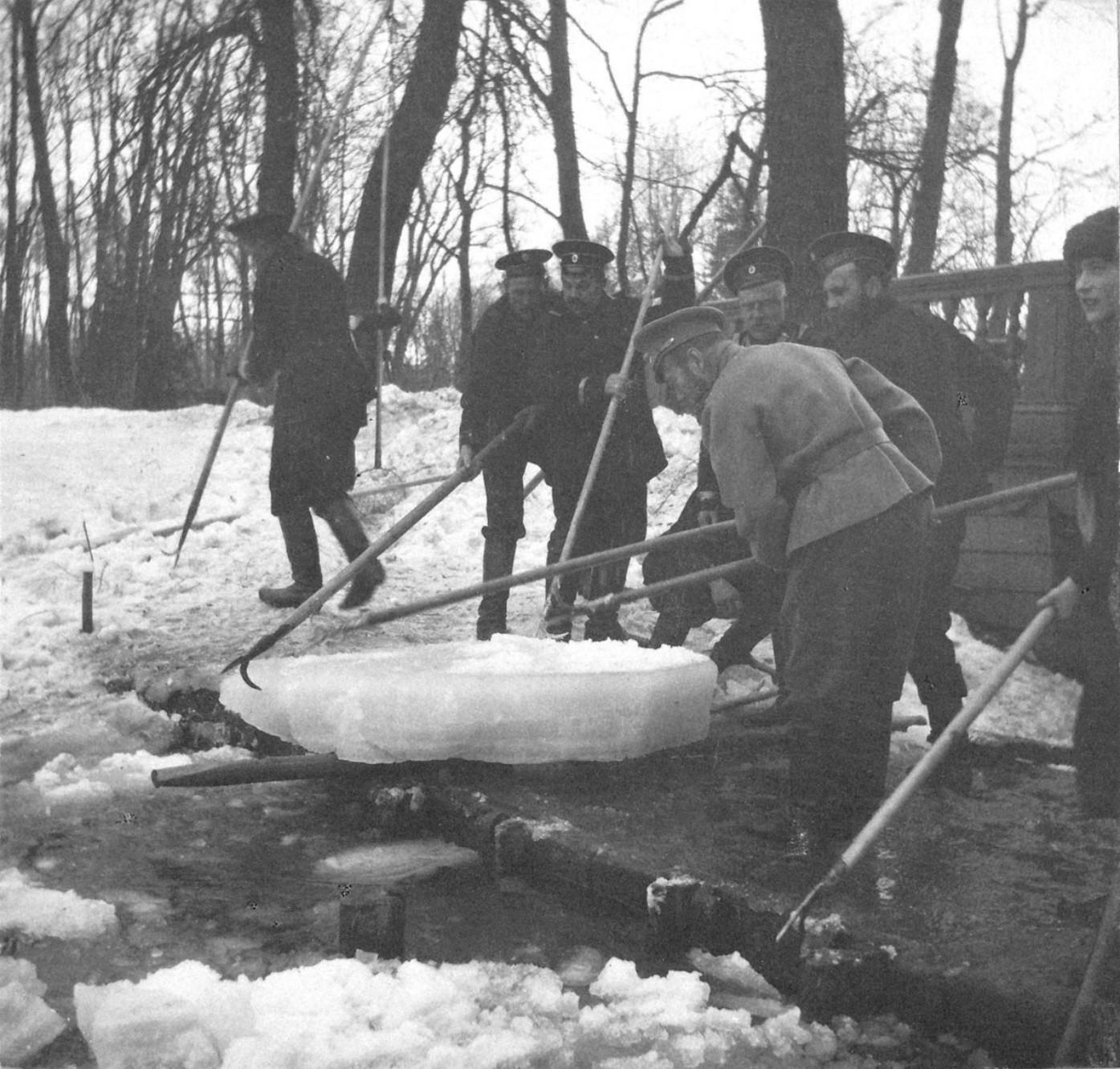 1914. Николай II с матросами на плотине пруда