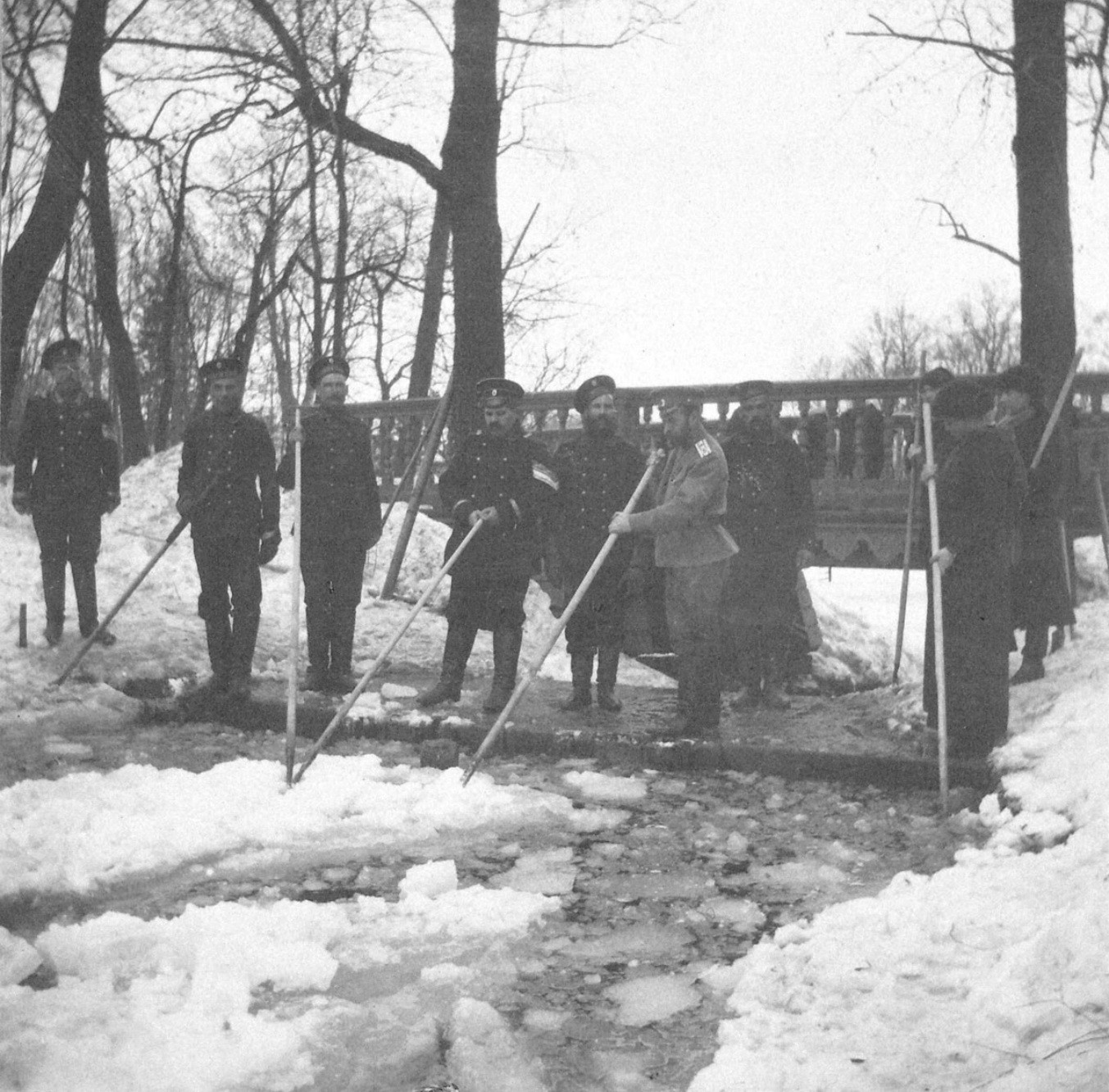 1914. Николай II с матросами на плотине пруда.