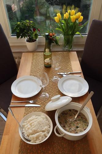 Hühnerfrikassee mit Reis (Tischbild)