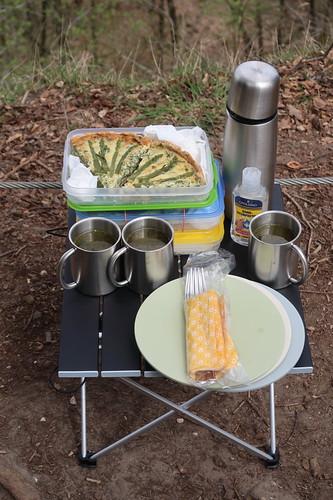 Grüner Spargel Quiche und heiße Hühnerbrühe (auf Picknicktisch)