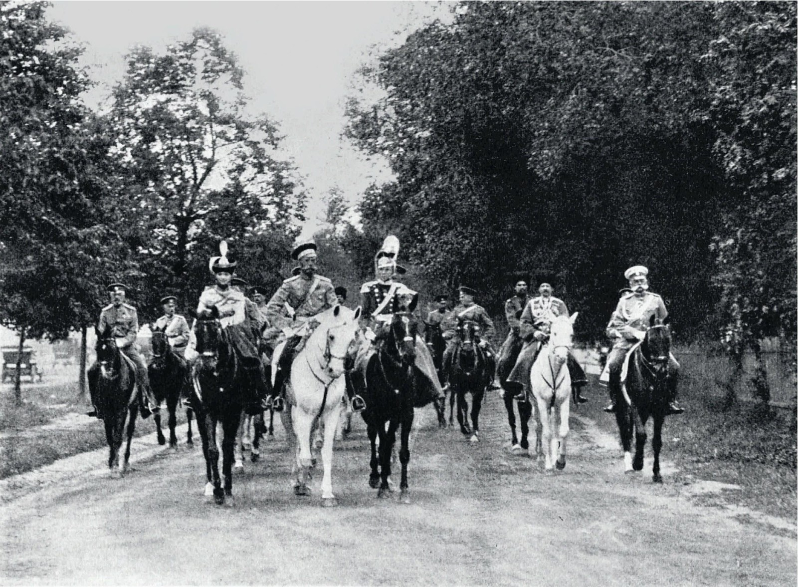 1913. Император Николай II с дочерьми Ольгой и Татьяной на полковом параде. Петергоф
