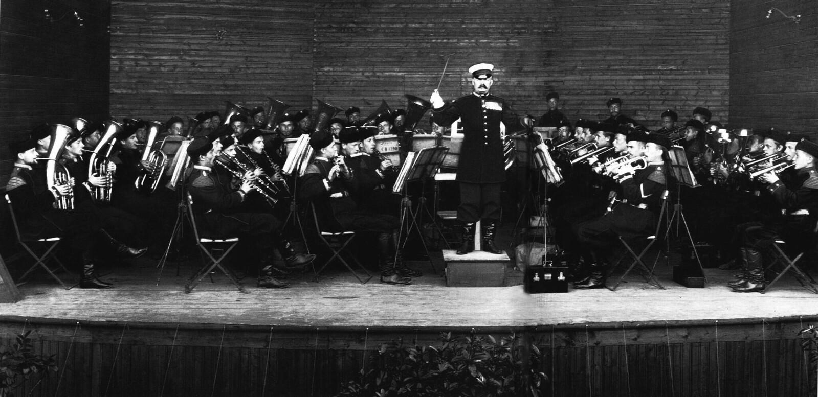 1913. Выступление оркестра 4-го стрелкового императорской фамилии батальона на эстраде Нижнего парка в Петергофе.