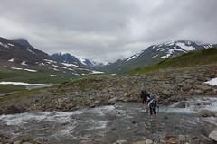 An easy crossing of Máhtujågåsj. Looking back towards Skárjá.